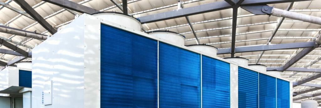 Kaltwassersatz als Mietkälteanlage weiß Blau aufgestellt in der Indutrie