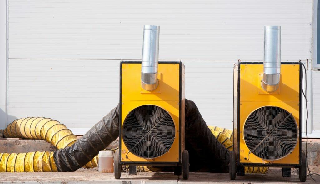 Gelbe Winterbaubeheizung mit Heizöl zur Baubeheizung und Luftschlauch