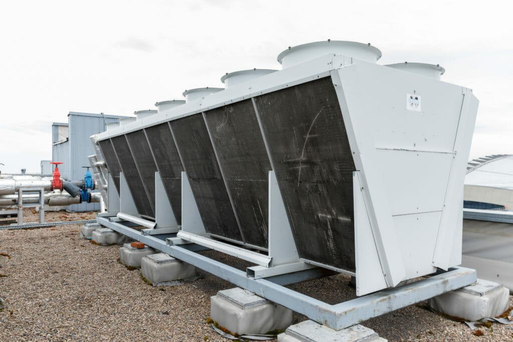 Rückkühler in V Form auf Dach montiert