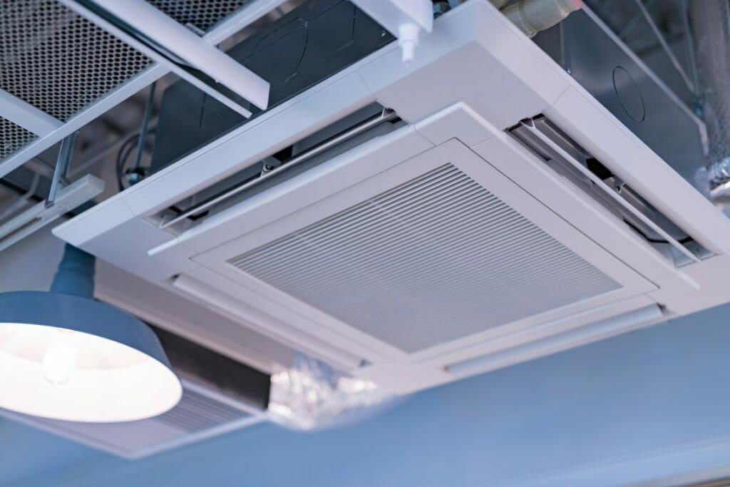 Klimaanlage Decke neben Licht