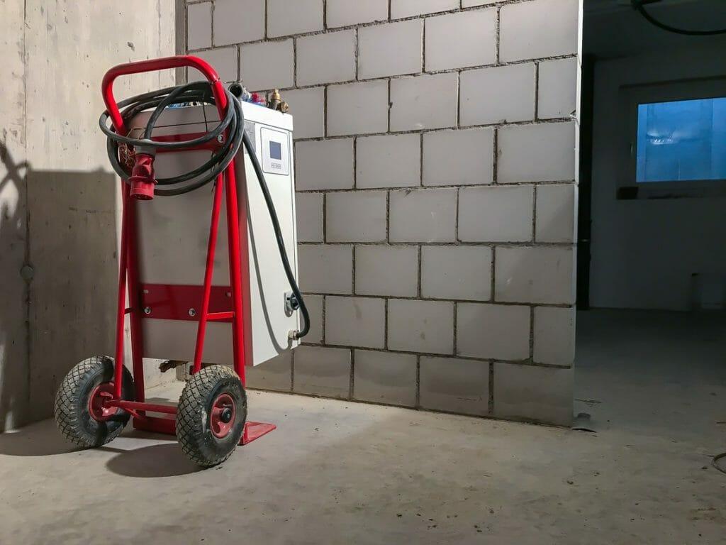 Weiße mobile Heizung montiert auf Sackkarre auf Baustelle