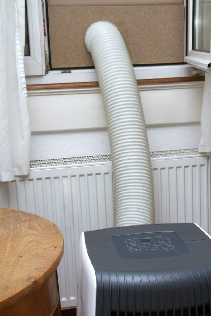 Mobile Klimaanlage am Fenster angeschlossen
