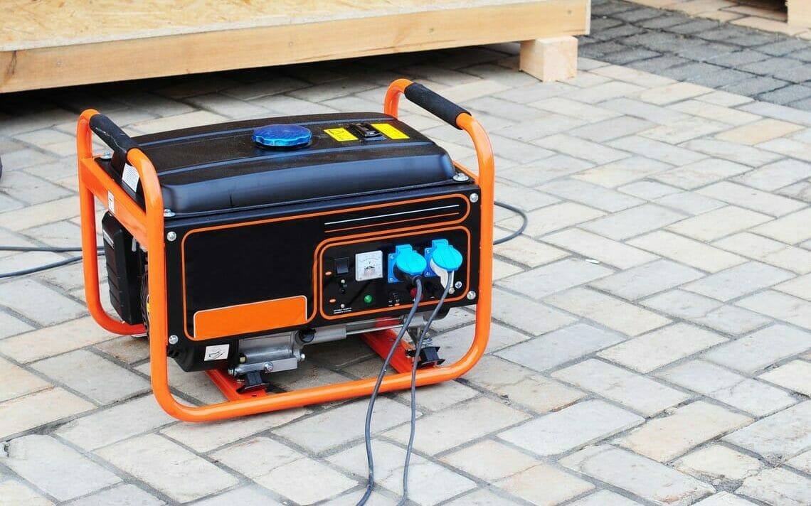 Kleiner Stromerzeuger mobil in organge
