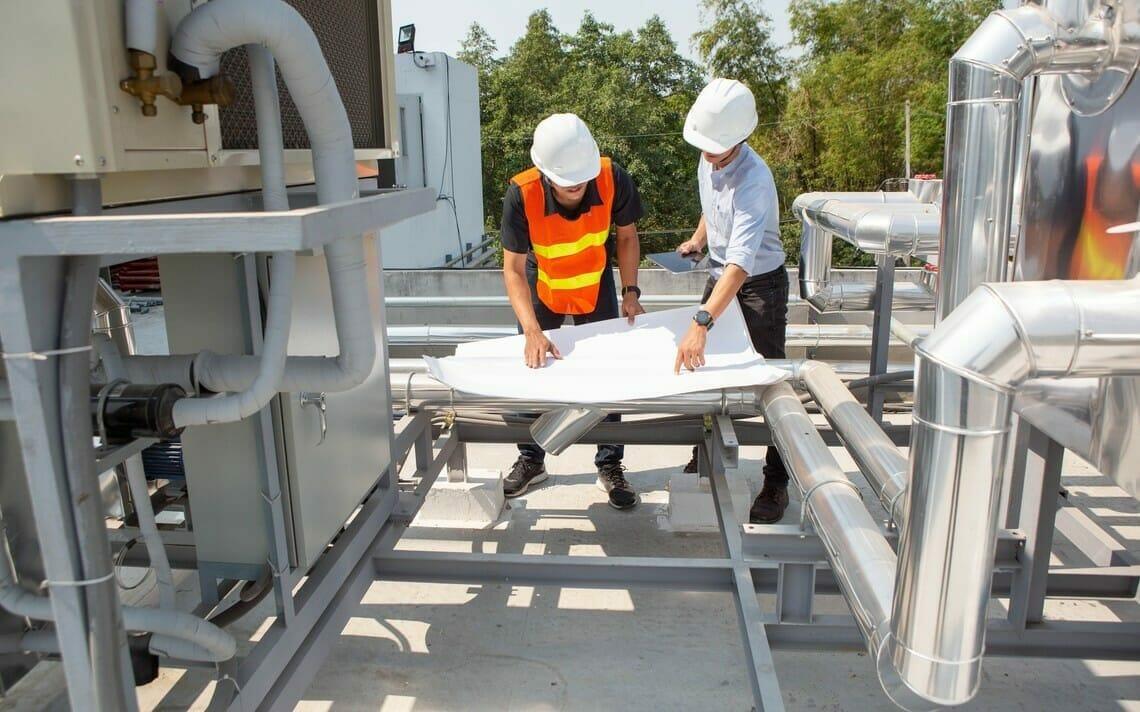 Zwei Ingenieure planen das Kaltwassersatz mieten vor Ort