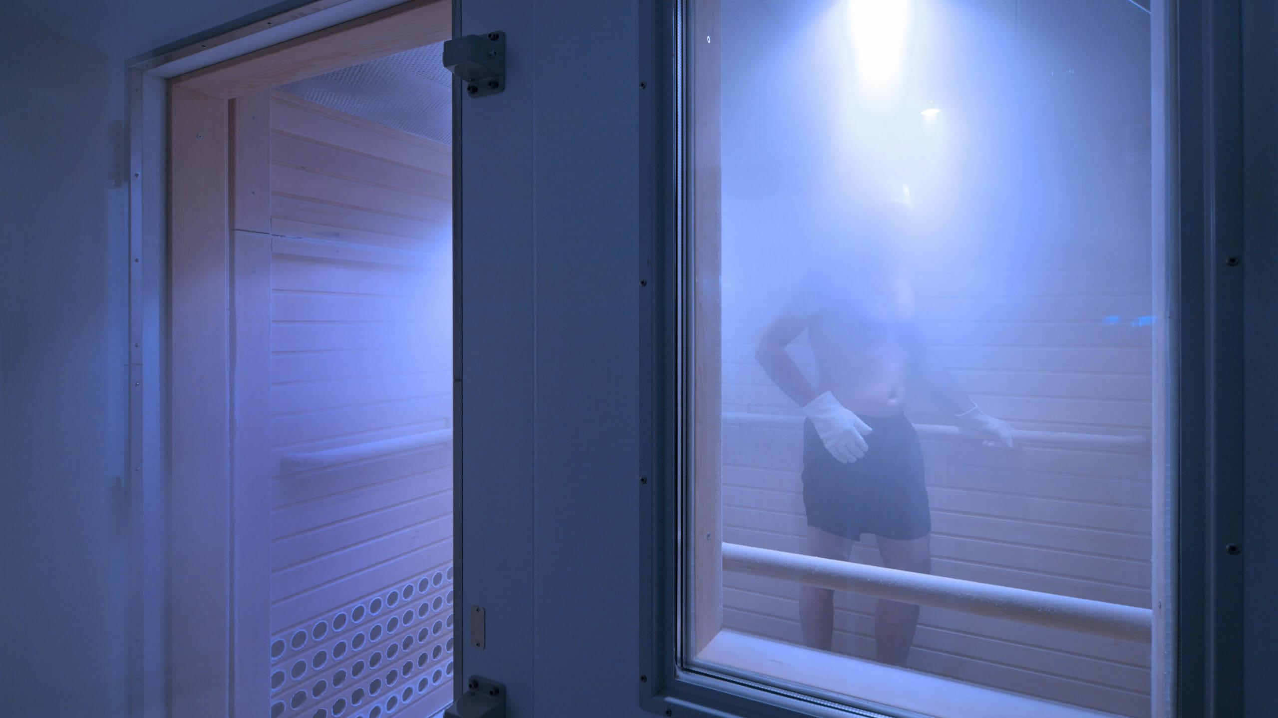Geöffnete Kältekammer Mann steht in Trockeneisnebel