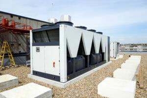 Weißer luftgekühlter Kaltwassersatz auf Dach