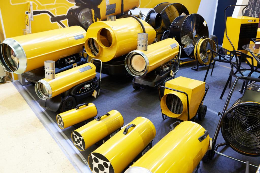 gelbe Ölheizkanonen in Austellungsraum