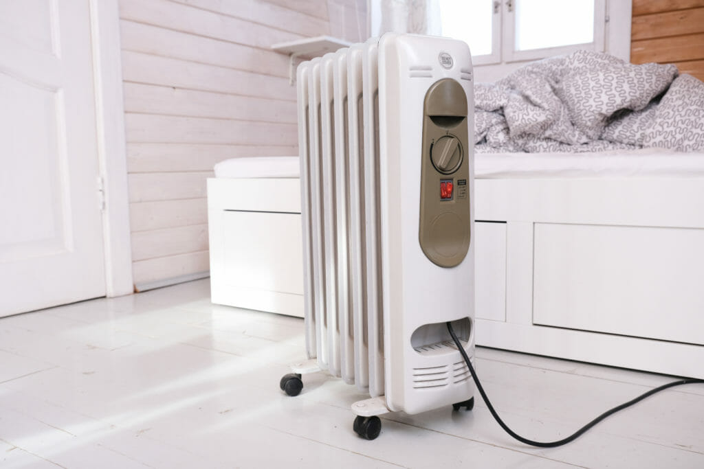Weißer Ölradiator in Schlafzimmer