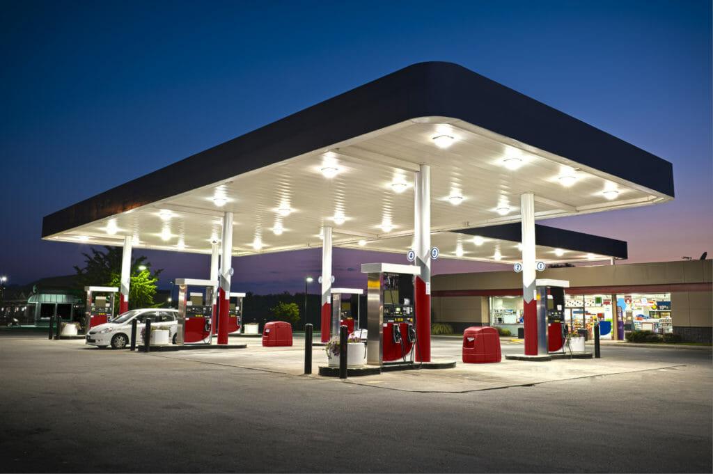 Tankstelle beleuchtet