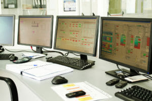 Büro mit Bildschirmen zur Fernüberwachung von Mietkälte