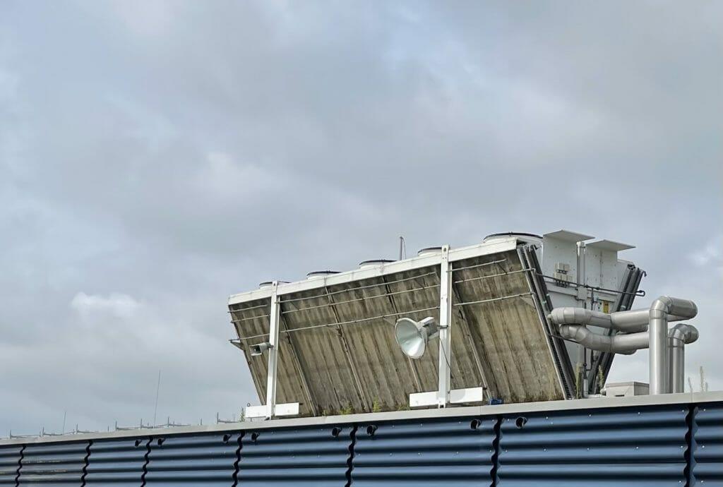 Weißer Kaltwassersatz auf Dach
