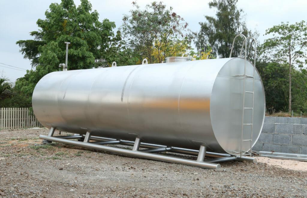 Silberner Öltank zur externen Brennstoffversorgung