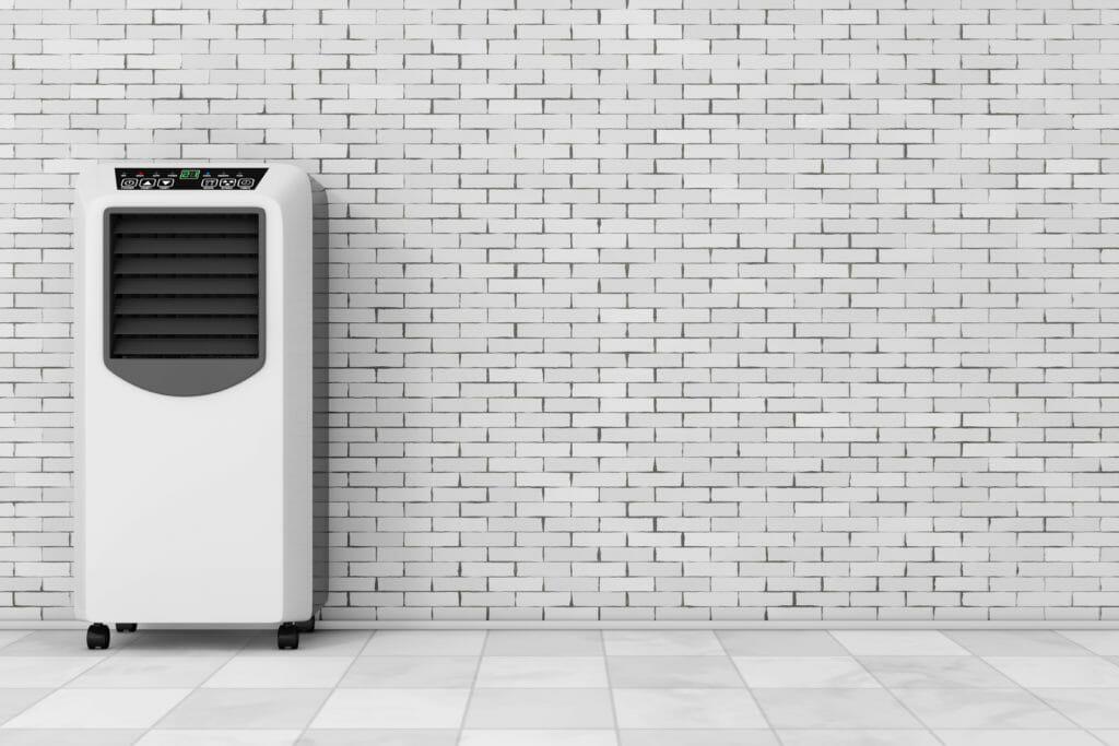 Weißes mobiles Kühlgerät vor grauer Wand Render